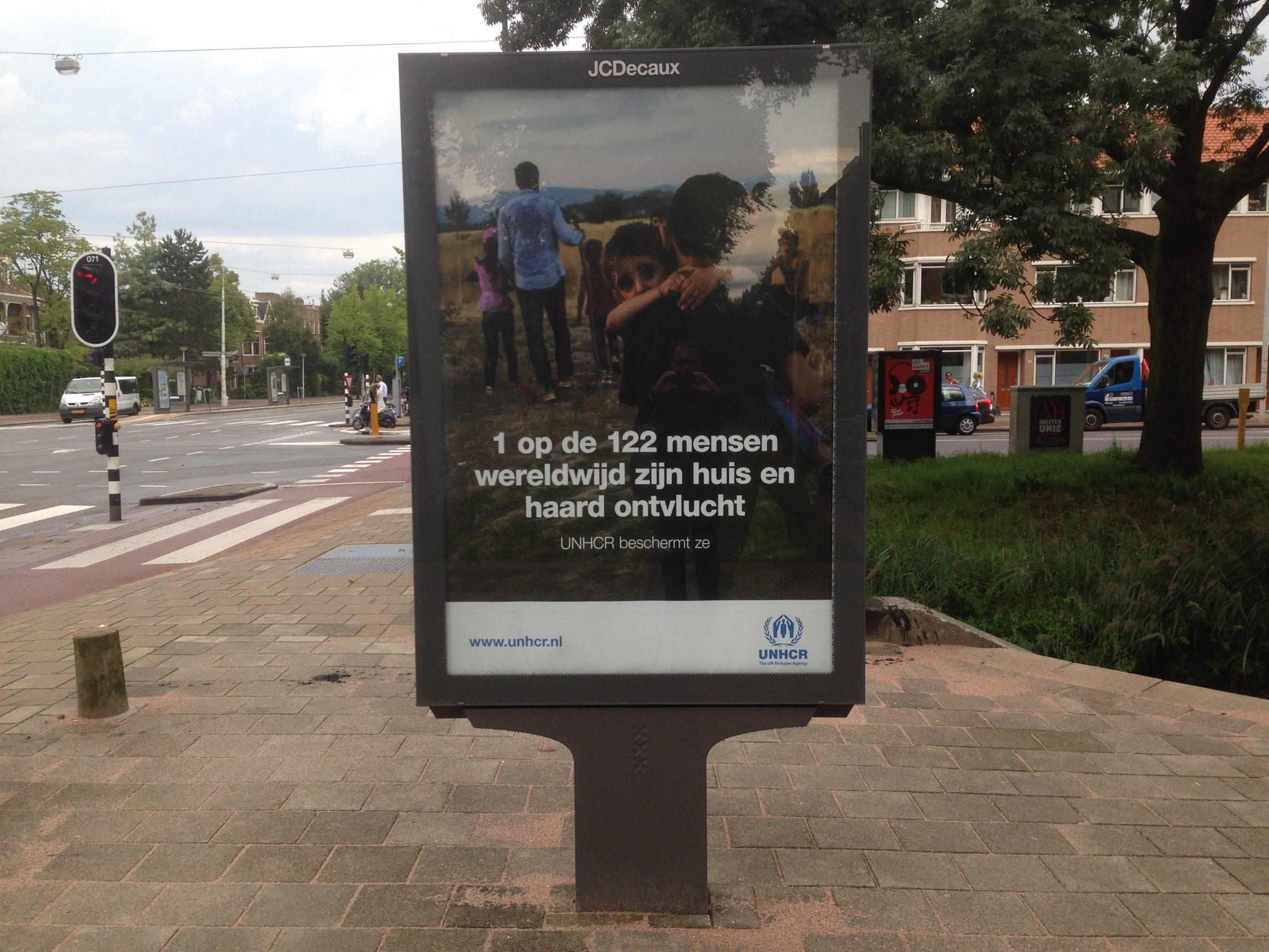 Fiets je rustig over straat, zie je plotseling een abri met daarop een tekst over vluchtelingen: '1 op de 122 mensen wereldwijd zijn huis en haard ontvlucht'. Dat is een getal dat bij je blijft hangen. 1 op de 122. Zijn dat er veel? Of juist weinig? Wie zijn het? Het zijn er veel. Op…