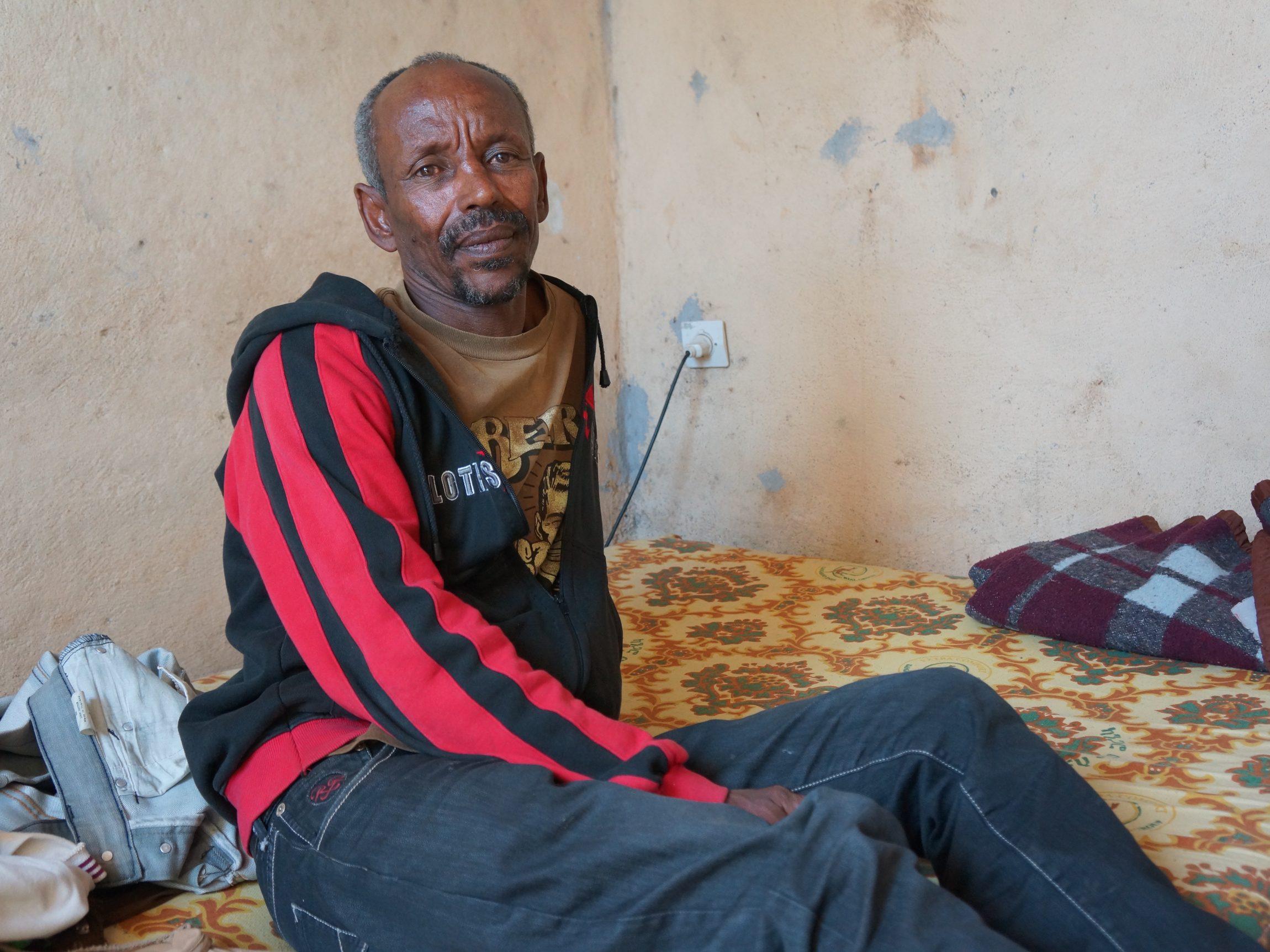""",,Ik woon nu een maand in een vluchtelingenkamp in Ethiopië. We delen een huisje met zeven vrienden."""" Aan het woord is Kewani, zeventien jaar. We spreken hem in een vluchtelingenkamp in de buurt van Shire, een provinciestad in het noorden van Ethiopië. Hij is hierheen gevlucht uit het buurland Eritrea. Of hij terug wil naar…"""