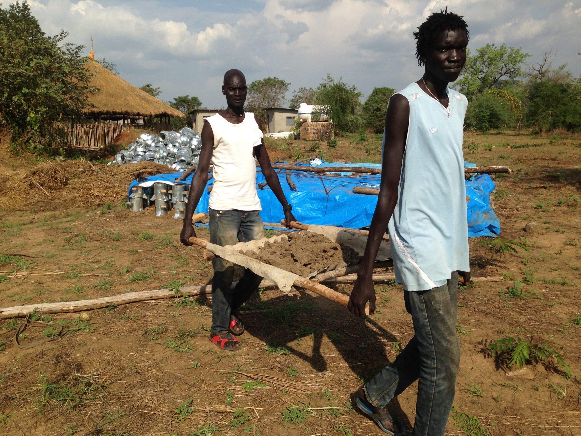 'Welkom in Gambella, Siebrand!' Aan het woord is Remko Veenstra, coördinator van een aantal grote hulpprojecten voor vluchtelingen in Gambella, in het zuidwesten van Ethiopië. Ik bezoek hem een aantal dagen. 'Fijn je te zien! Het zal alleen wel wat behelpen worden: we hebben al drie weken geen internet en het water is ook al…