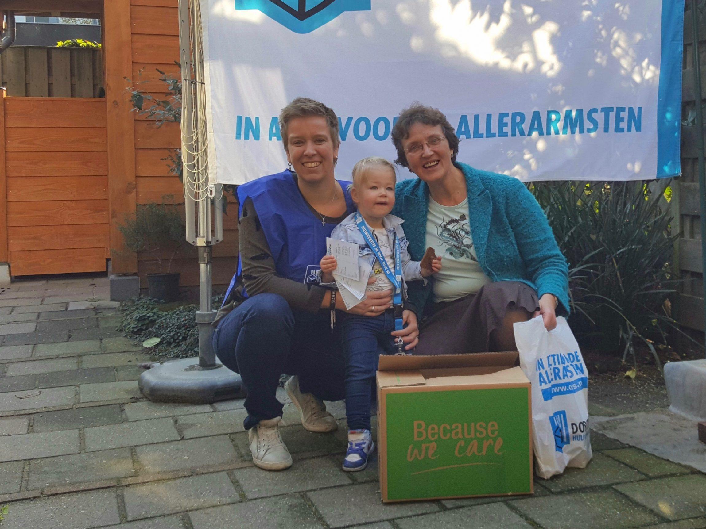 Opnieuw was het een feest. Dit jaar voor de 22e keer. De Dorcas Voedselactie, in de week van Dankdag voor gewas en arbeid. Op 750 locaties van Aalten tot Zaltbommel, gedragen door 8.000 vrijwilligers. De zaterdag van de actieweek liep ik mee in Barneveld met de lokale coördinator Letty van der Lit en haar dochter…
