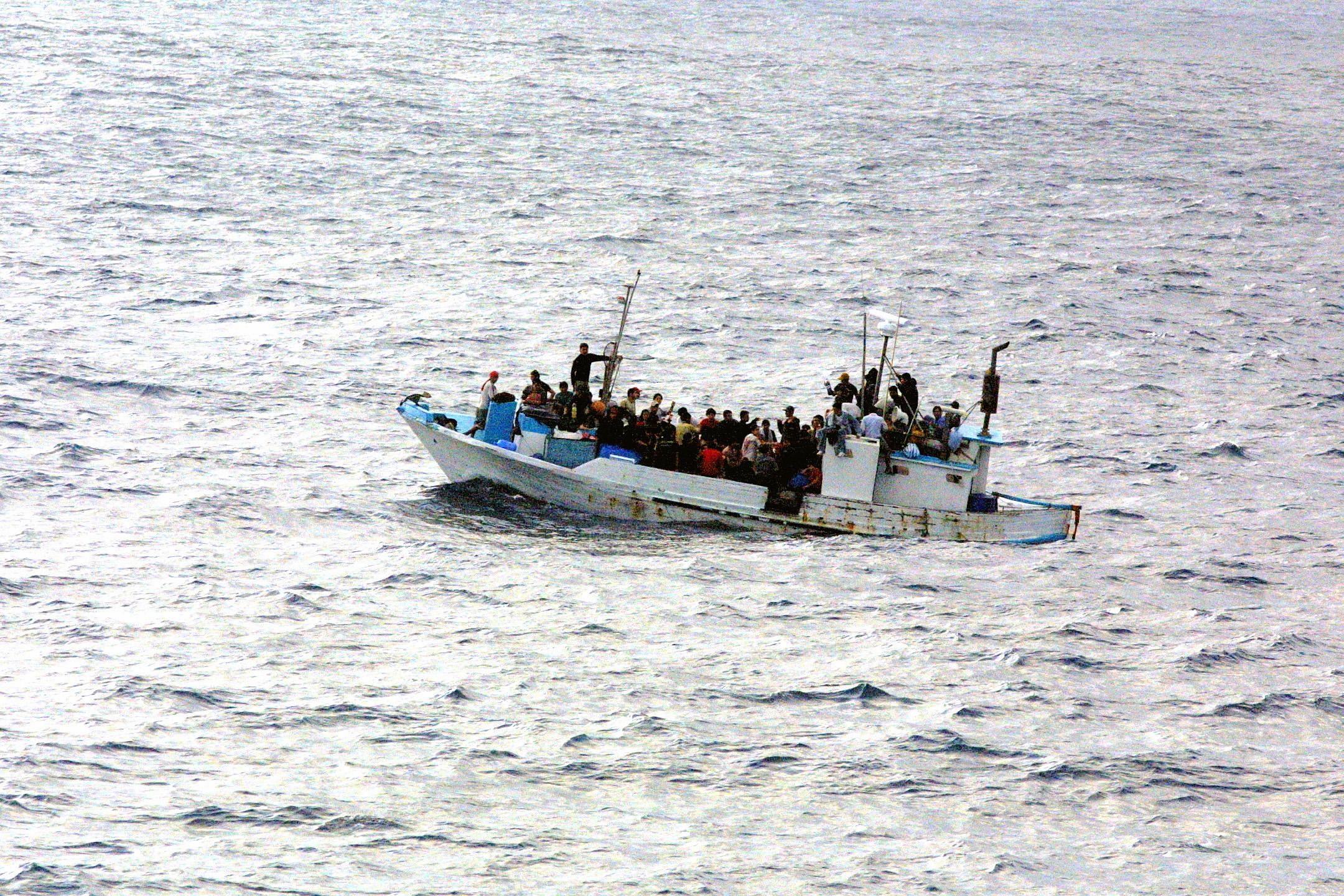 """""""We hebben zelfs een dag gehad waarop er meer dan 2000 aankwamen."""" Aldus een mevrouw die op het Griekse eiland Lesbos woont. Ze doelt op de bootvluchtelingen die haar eiland aandoen. """"In het begin (april) reed er nog wel eens een bus voor de vluchtelingen vanaf de haven van Molyvos naar de hoofdstad Mitilini waar…"""